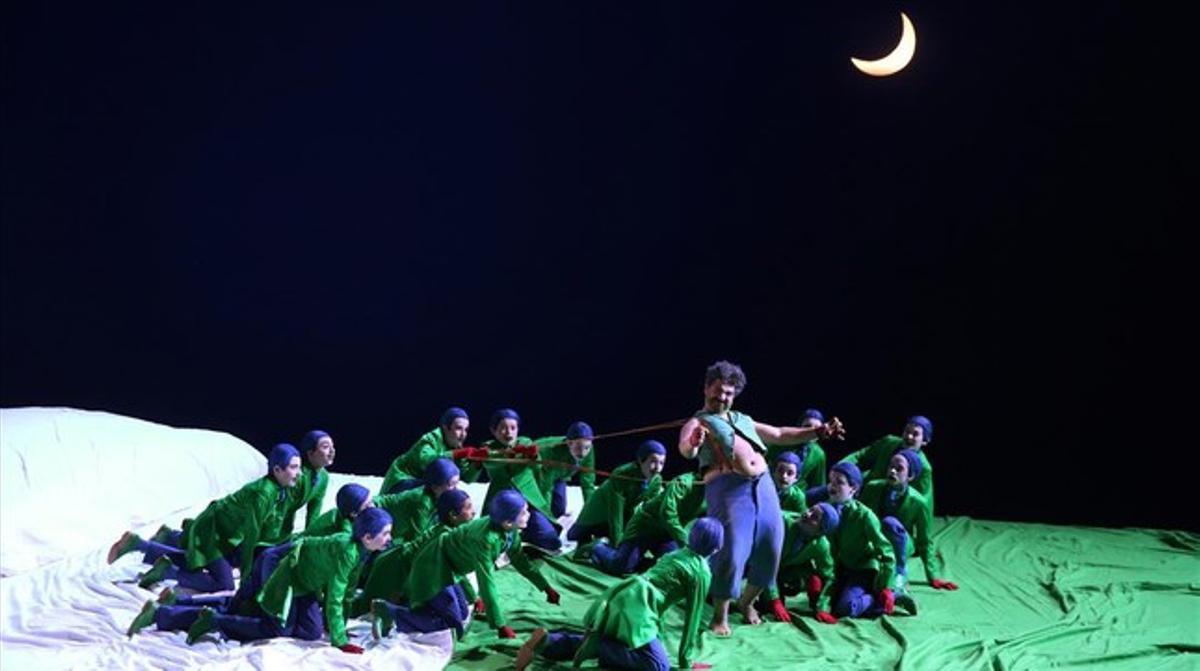 Puck (Miltos Yerolemou) y los elfos y hadas interpretados por el Trinity Boys Choir en una escena de 'El sueño de una noche de verano', de Benjamin Britten, en la edición del 2015 del Festival de Aix en Provence.