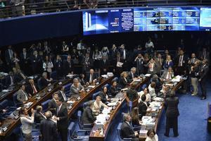 BRA502. BRASILIA (BRASIL), 10/08/2016.- Fotografía de una sesión del Senado brasileño para decidir el destino de la presidenta suspendida, Dilma Rousseff, hoy, miércoles 10 de agosto de 2016, en Brasilia (Brasil). El pleno del Senado brasileño aprobó hoy por 59 votos a favor y 21 en contra un informe que pide continuar el juicio político contra la presidenta suspendida, Dilma Rousseff, quien de esa manera queda a solamente un paso de la destitución. EFE/Cadu Gomes