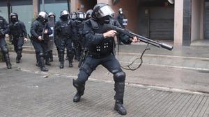 Varios agentes antidisturbios de los Mossos d'Esquadra en Salt, Girona. Los disturbios se han producido tras la visita del líder de Vox, Santiago Abascal, donde ha sido recibido con lanzamientos de diversos objetos en las calles de la localidad.