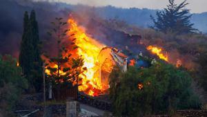 La lava engulle una casa en la Cumbre Vieja, tras la erupción del volcán en La Palma.