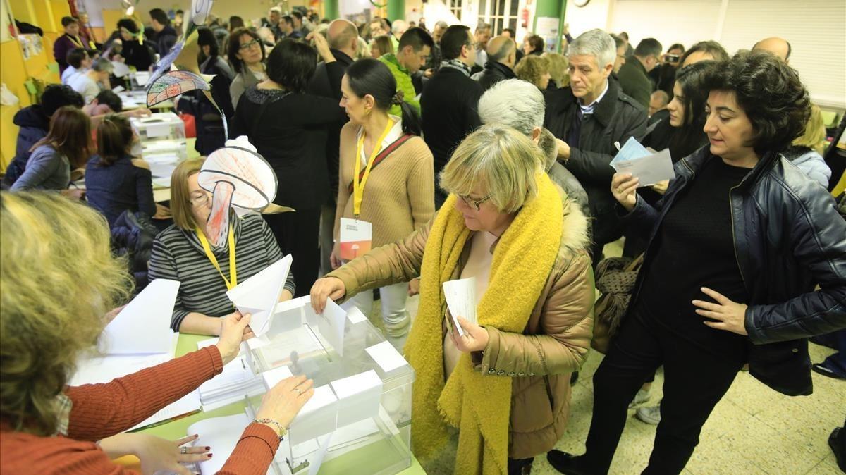 Votantes en el Ramon Llull.