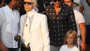 Karl Lagerfeld, con su ahijado Hudson Kroenig y, detrás, el padre de este, Brad Koenig.