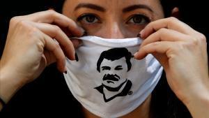 Una empleada de la Fundación Alejandrina Guzmán luce una mascara de protección con la cara del famoso narco 'El Chapo' Guzmán.