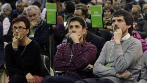 El dirigente de ICV y de Catalunya en Comú, David Cid, en el centro, junto con sus compañeros de partido Marta Rivas y Ernest Urtasun.