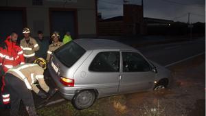 Rescate de un coche afectado por la tromba en Seròs.