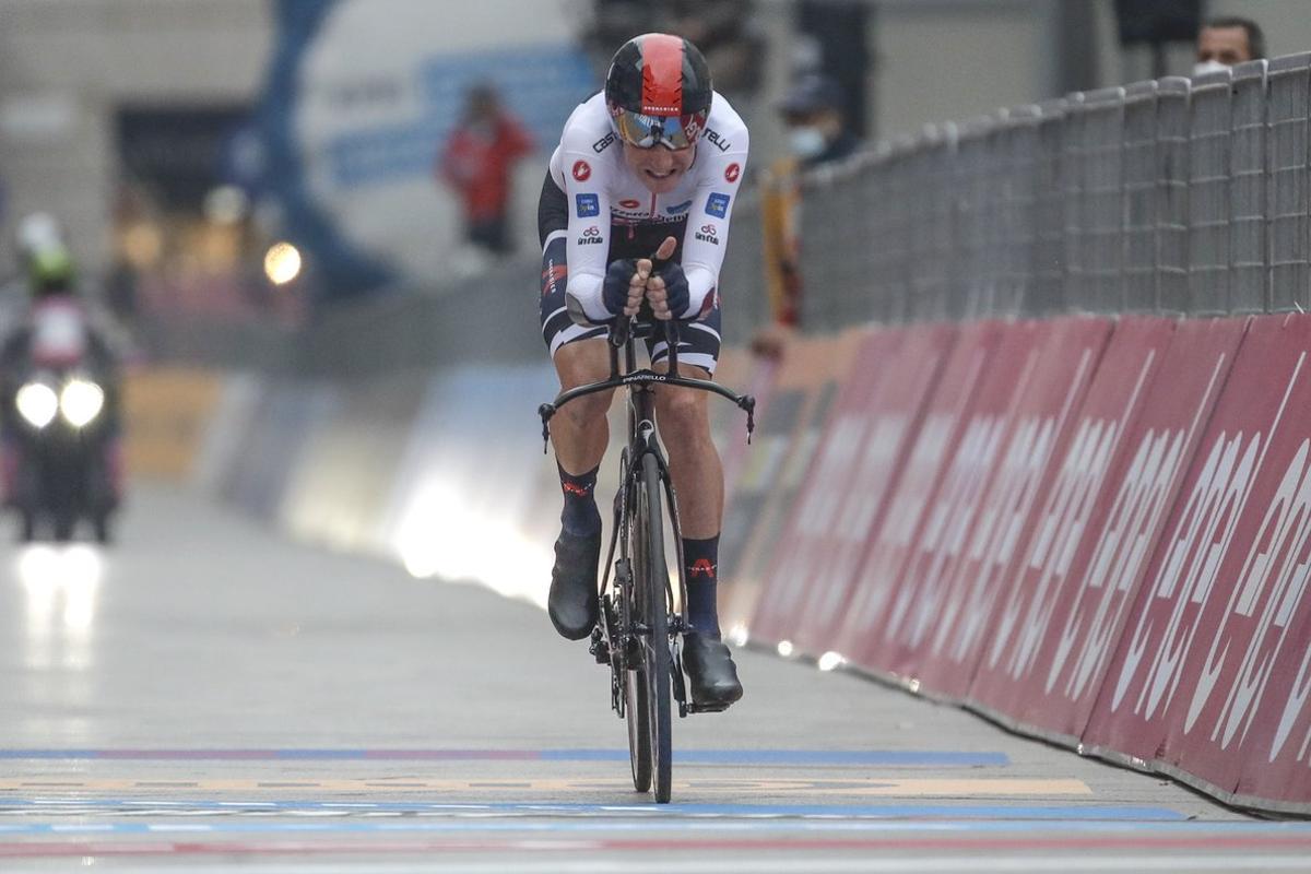 El británico Tao Geoghegan Hart entra en meta en la contrarreloj final del Giro 2020.