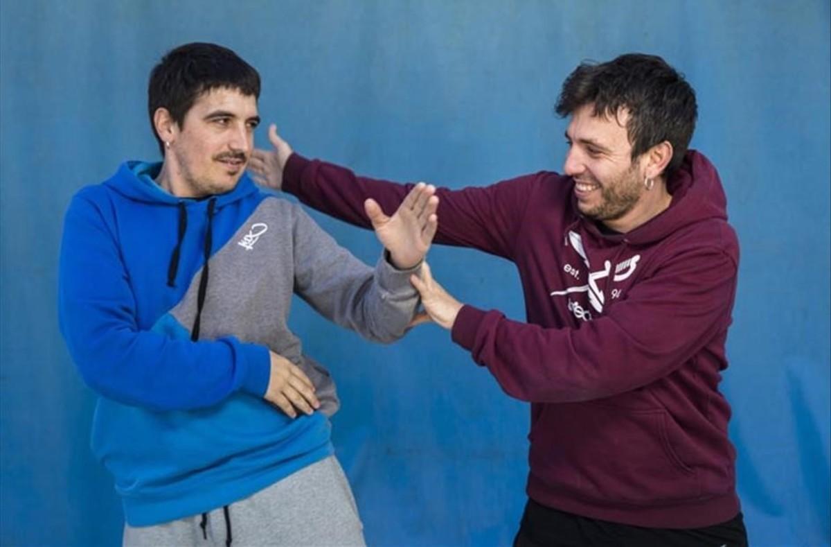 Panxo y Pablo, jugando a pelearse en un parque de atraccionesen Gandía.