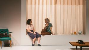 Nora Navas y Mia Esteve, en una escena de'El quadern daurat'.