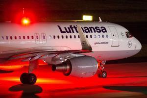Un avión de Lufthansa en el aeropuerto de Dusseldorf.