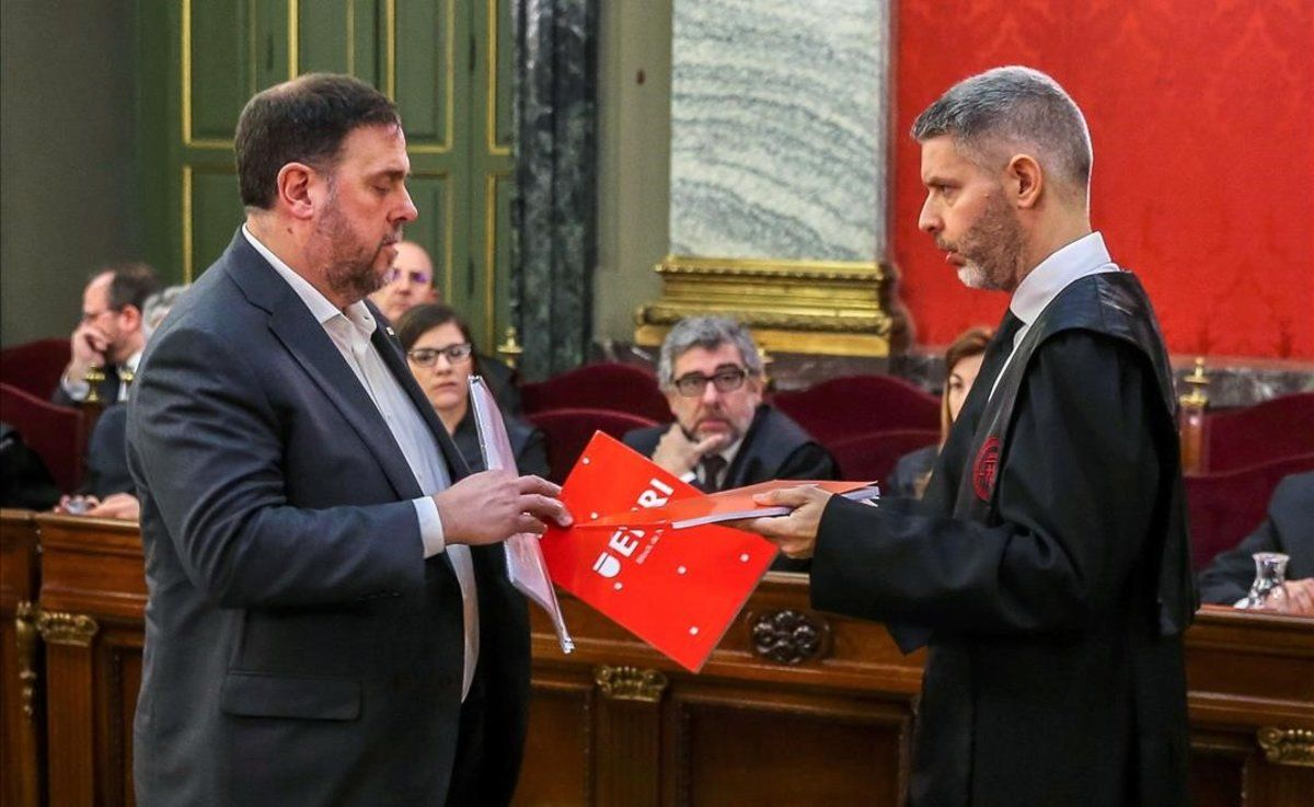Oriol Junqueras habla con su abogado, Andreu Van Den Eynde.