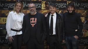 Álex de la Iglesia junto a los actores Carolina Bang (su pareja), José Mota, y Fernando tejero, en la presentación del filme'La chispa de la vida', en Valencia.