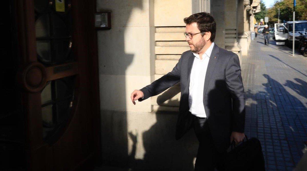 Pere Aragonès, entrando en la Conselleria de Economia, en el 2017.