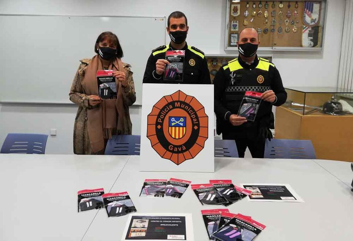 La Policía de Gavà pone a la venta mascarillas solidarias contra el cáncer infantil