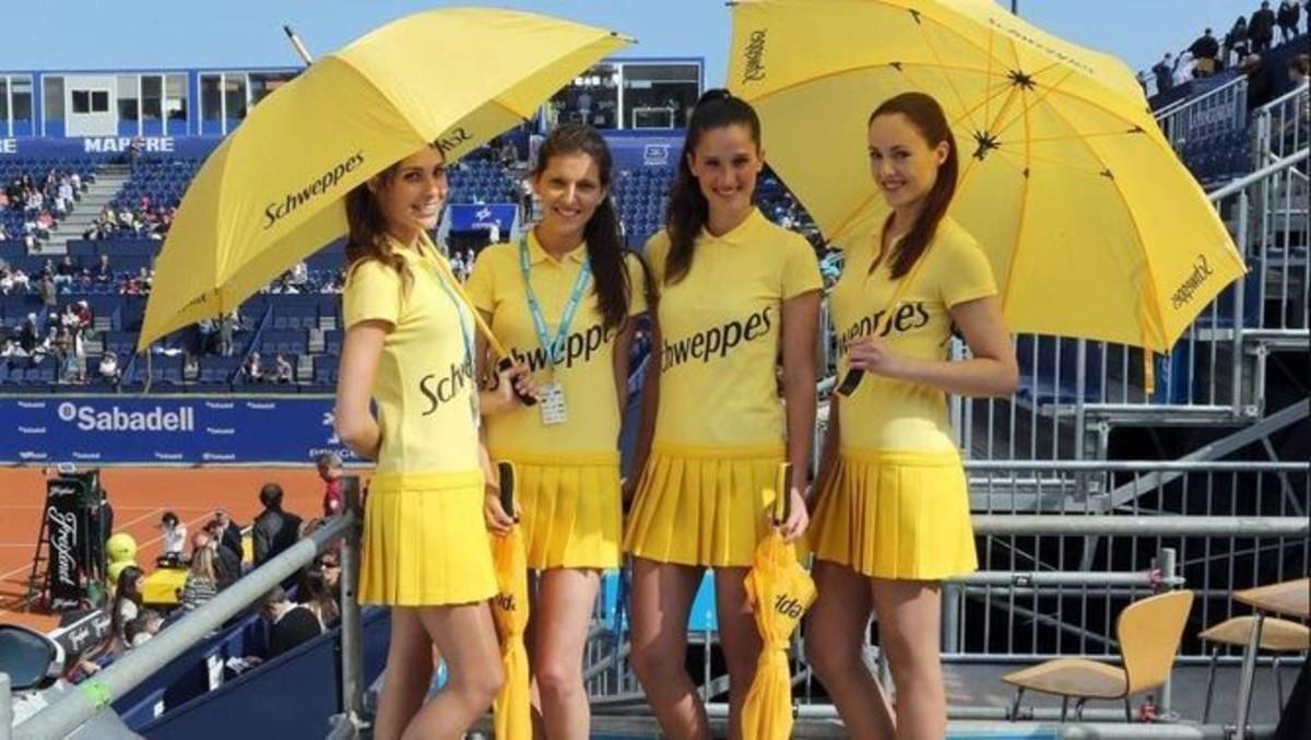 Cuatro azafatas con el vestuario de verano en el Godó.