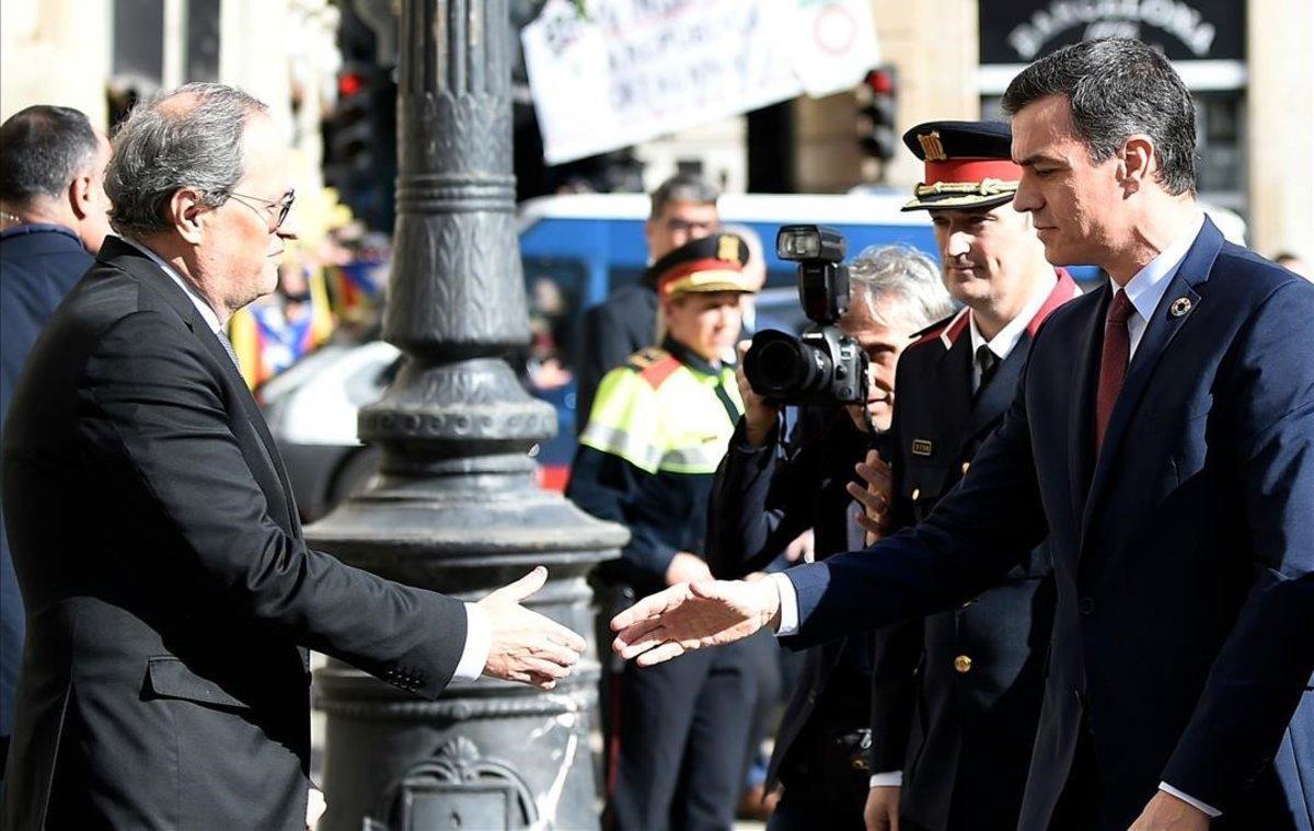 Quim Torra recibe a Pedro Sánchez a las puertas de la Generalitat.
