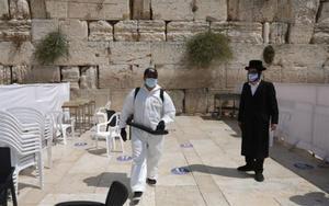 Personal sanitario en Israel por la pandemia deCOVID-19.