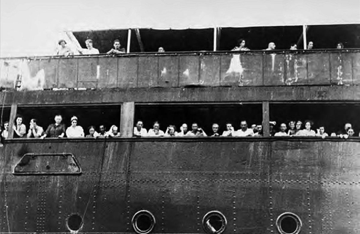 Pasajeros judíos del 'Saint Louis', que intentan comunicarse sin éxitocon amigos y familiares en el puerto de La Habana, en una imagen del libro de Armando Lucas Correa 'La niña alemana'.