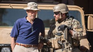 Clint Eastwood charla con Bradley Cooper, antes de rodar una escena de la película 'El francotirador'.