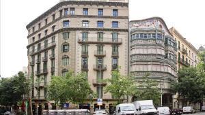 La fachada trasera de la Casa Comalat, en uno de los chaflanes presentes en la exposición 'El repte del xamfrà', en la sede del COAC.