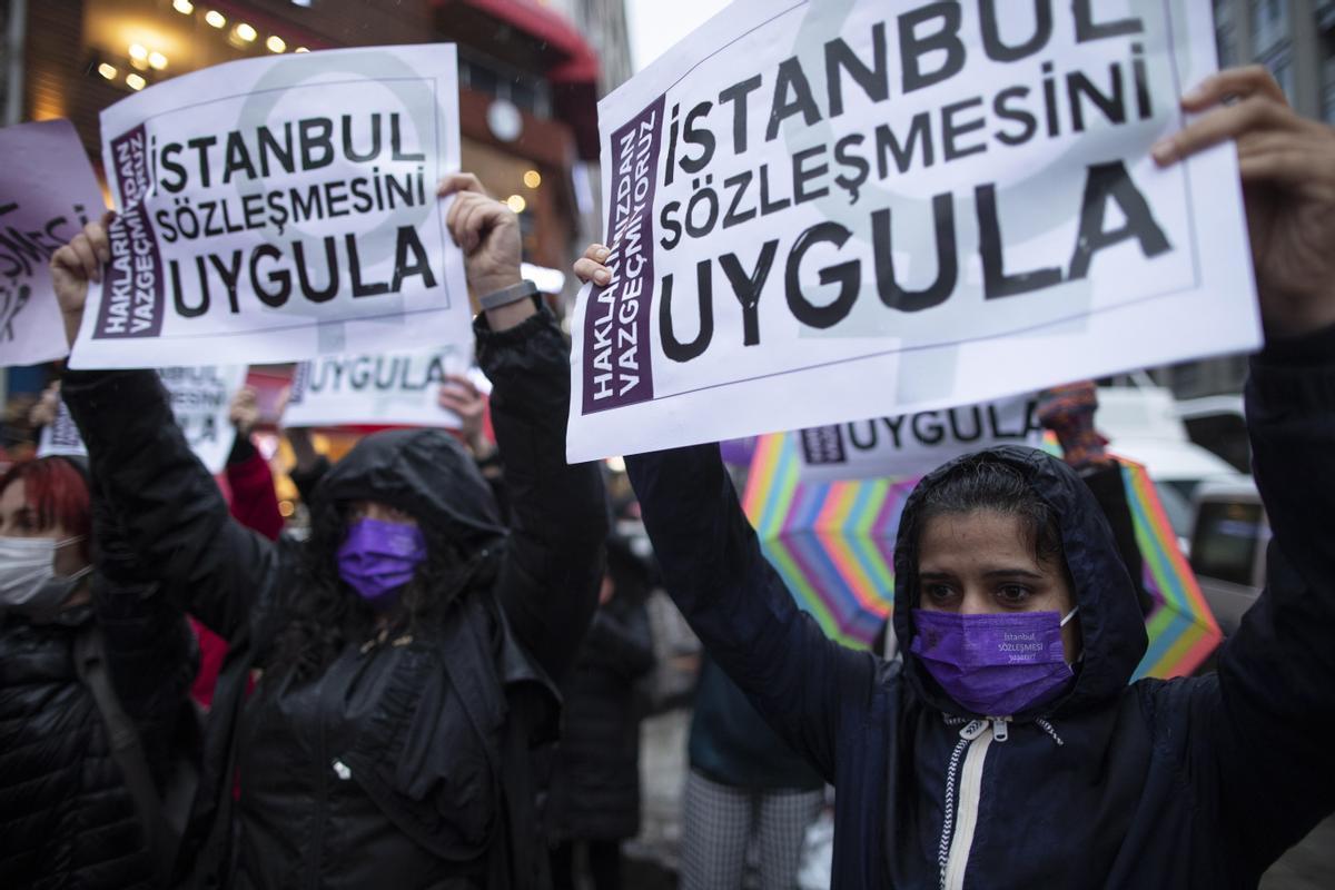 Protesta en Estambul ayer lunes por la retirada de Turquía del Tratado internacinal para luchar contra la violencia machista.