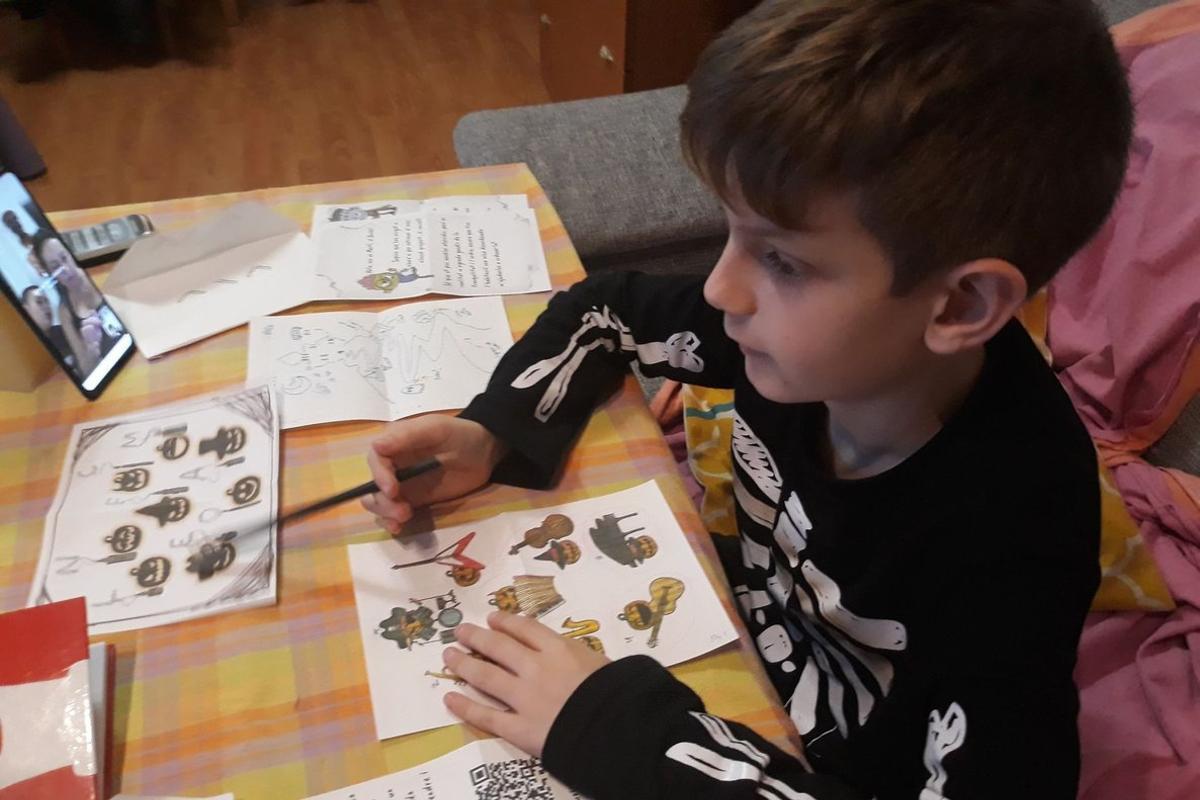 Un niño intenta resolver una de las pruebas del juego.
