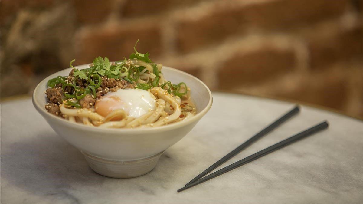 El bol de 'tan tan udon' de cerdo y huevo a baja temperatura del restaurante Arigato.