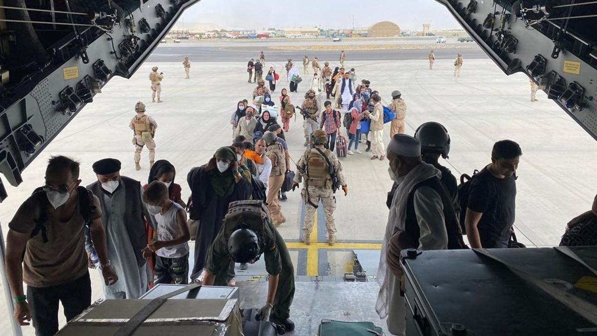Un grupo de españoles y de colaboradores afganos y sus familias embarcan en el avión A400M del Ejército del Aire que ha recogido a la primera tanda de evacuados de Kabul.