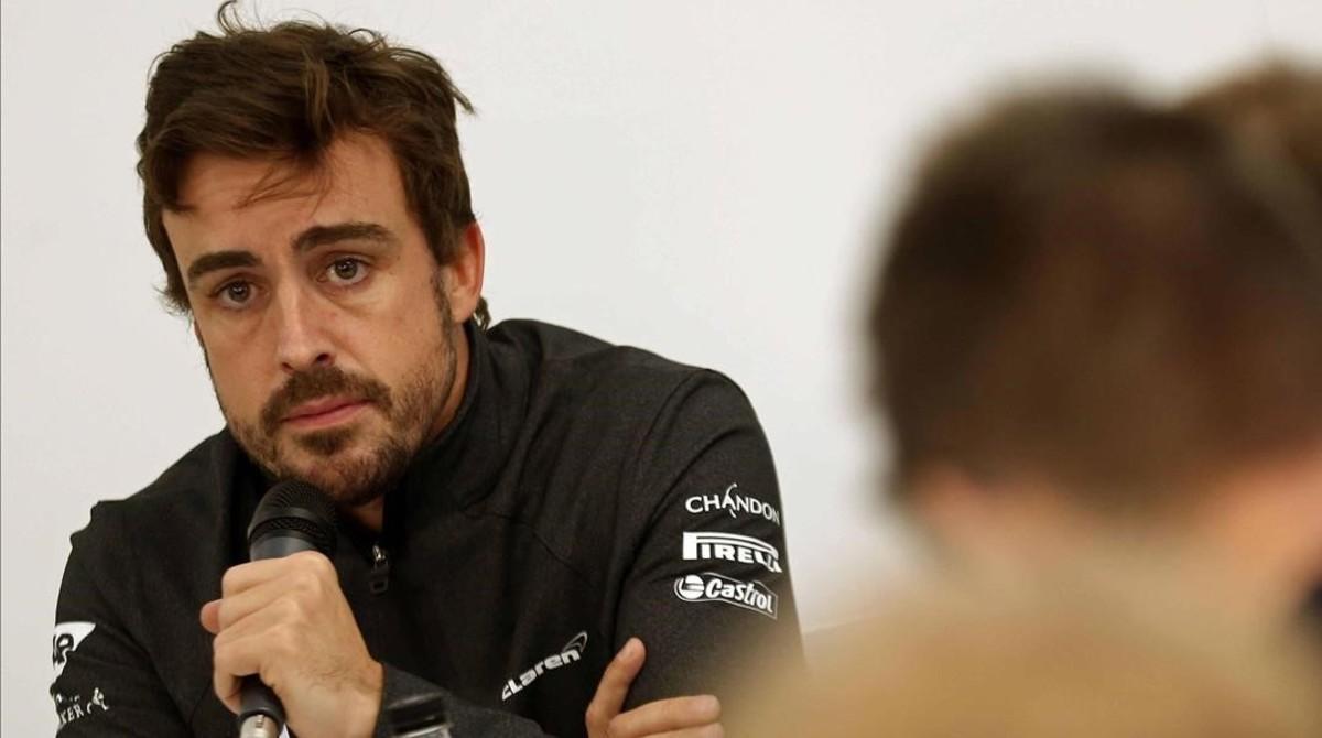 Fernando Alonso, hoy, en Montmeló, conversando con los periodistas.