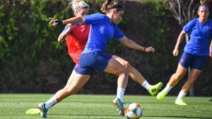 Mariona Caldentey trata de driblar a Mapi León en el entrenamiento.