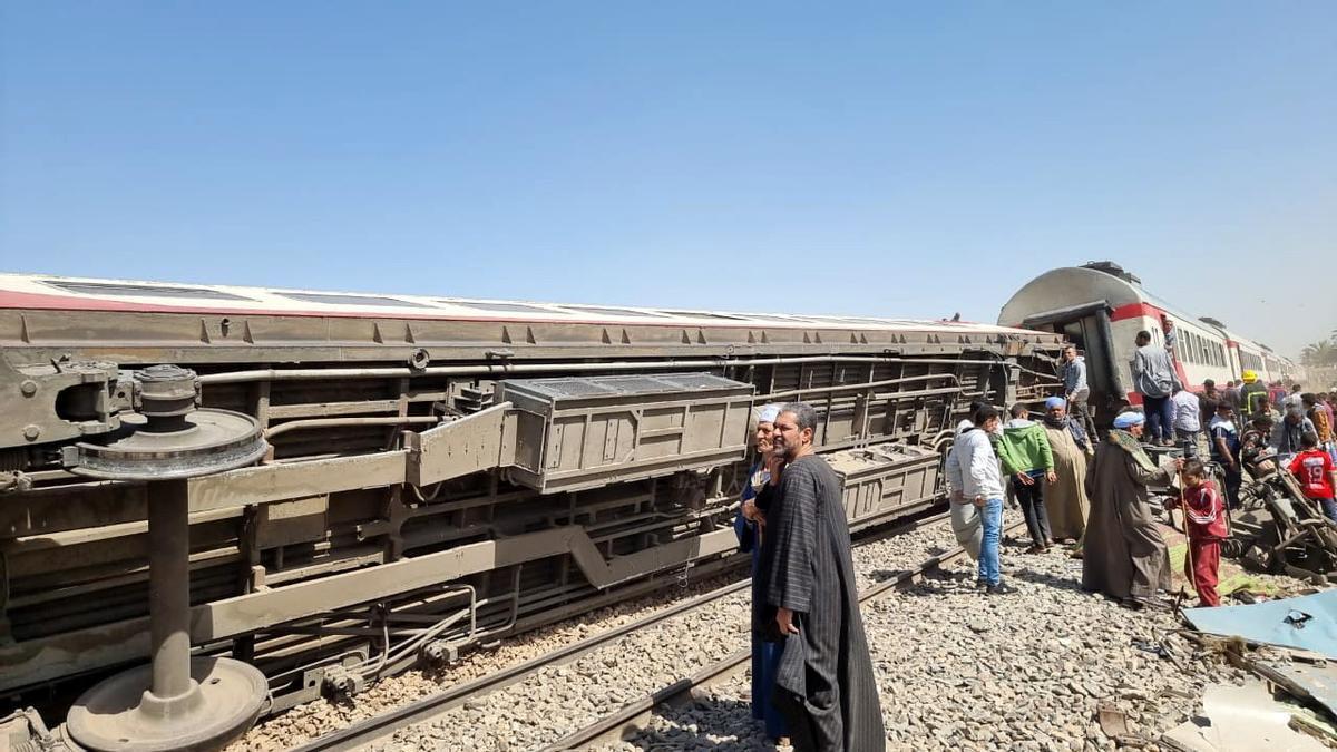 Estado en el que ha quedado uno de los trenes que han colisionado, este viernes en Egipto.