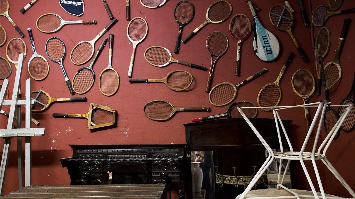 Raquetas viejas exhibidas en una pared del local.