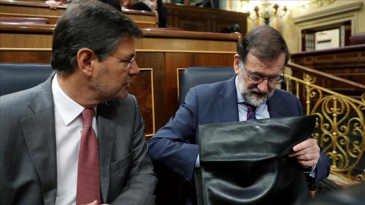 El presidente del Ejecutivo, Mariano Rajoy, junto al ministro de Justicia, Rafael Catalá.