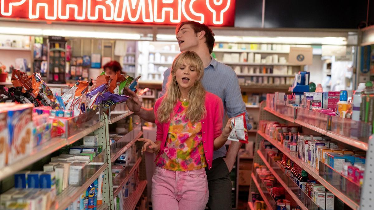 Carey Mulligan y Bo Burnham, en un fotograma de 'Una joven prometedora'.