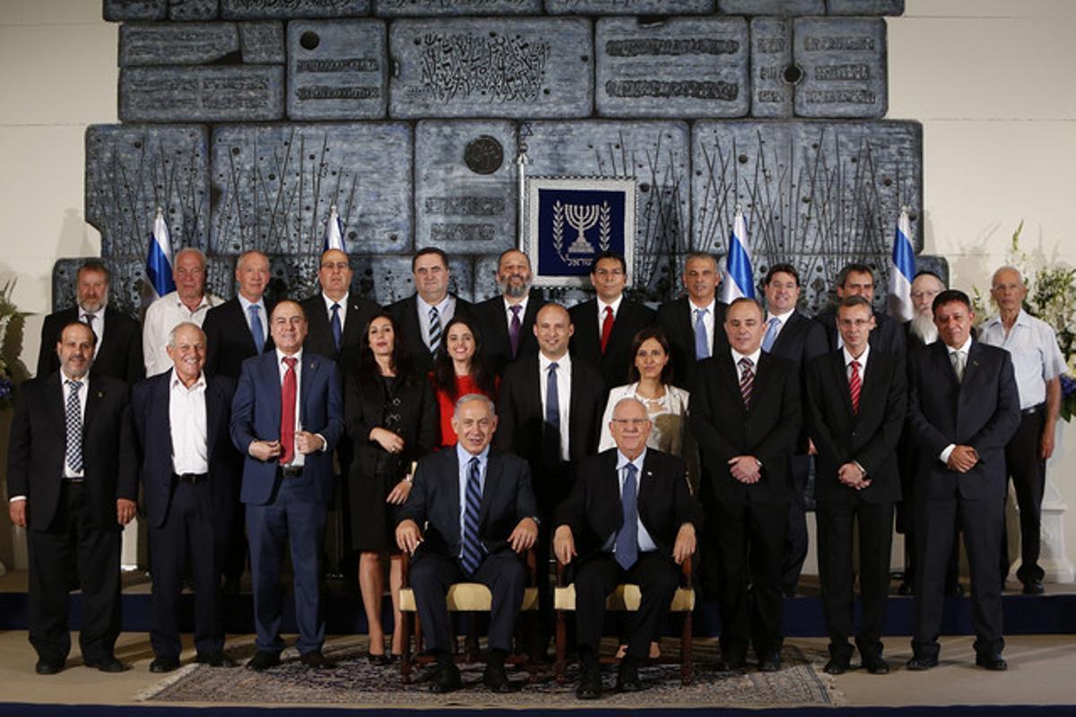 La fotografía al completo del nuevo equipo de Gobierno israelí donde se ve a la ministra que fue posteriormente eliminada de la imagen.