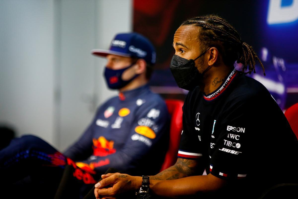 Lewis Hamilton, en primer plano, con Max Verstappen, al fondo, en la conferencia de prensa del primer GP de F-1.