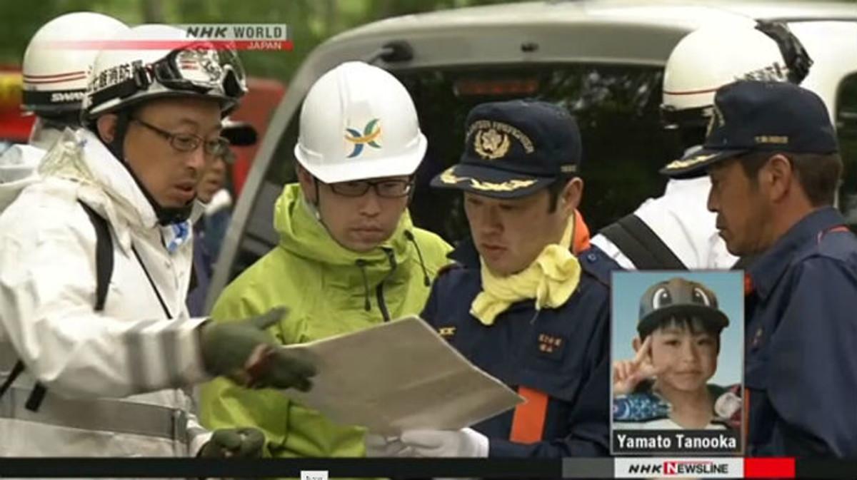 Agentes de policía buscan al pequeño Yamato Tanooka, en la esquina inferior derecha.