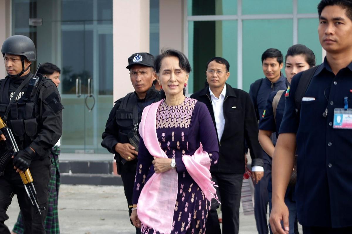 La líder de facto de Birmania, Aung San Suu Kyi llega al aeropuerto de Sittwe, donde inicia su visita al estado de Rakhine