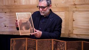 El escultor Jaume Plensa, con las transparenciasen cobre del libro de bibliofilia con poemas de Vicent Andrés Estellés, que ha presentado en Barcelona.
