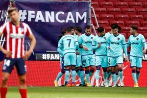 Los jugadores del Levante celebran un gol ante el Atlético.
