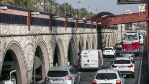 Vehículos circulando por la Ronda Litoral de Barcelona a la altura del Port Vell.