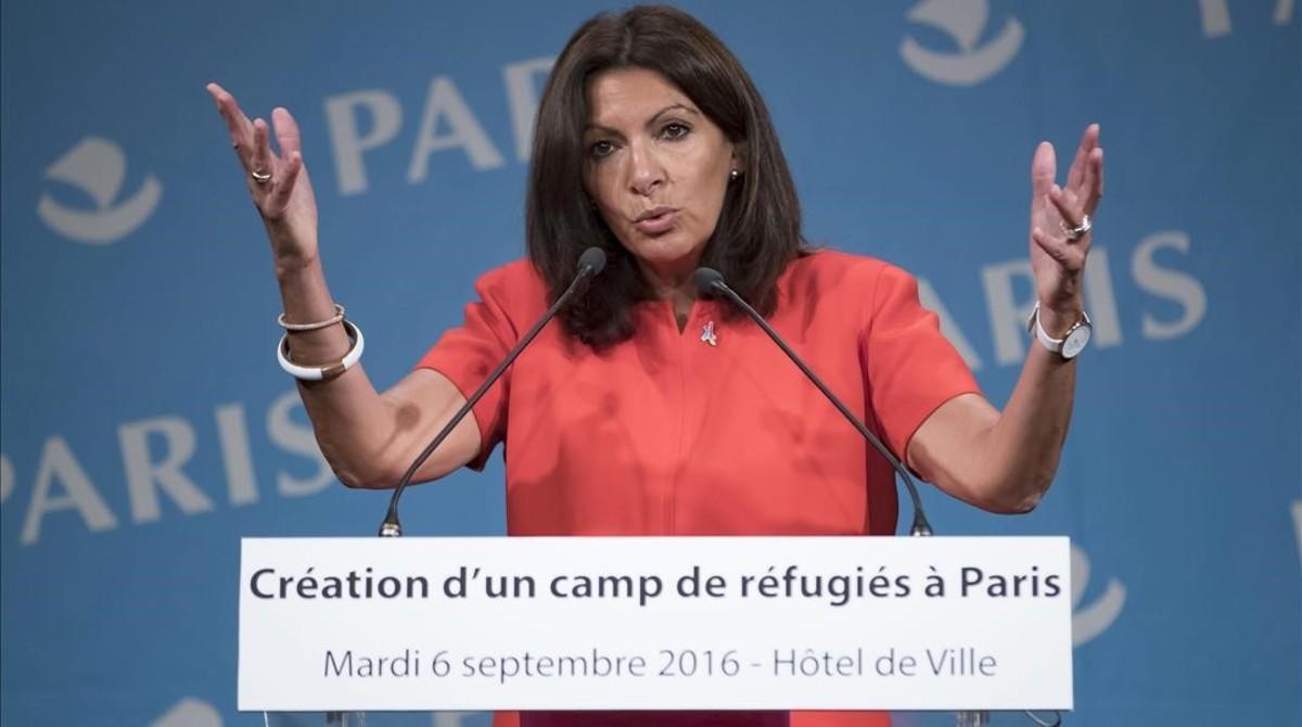Hidalgo, durante la rueda de prensa sobre la creación del campo de refugiados, en París.