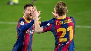 Messi y De Jong se felicitan tras el tercer gol del Barça contra el Sevilla, este miércoles.