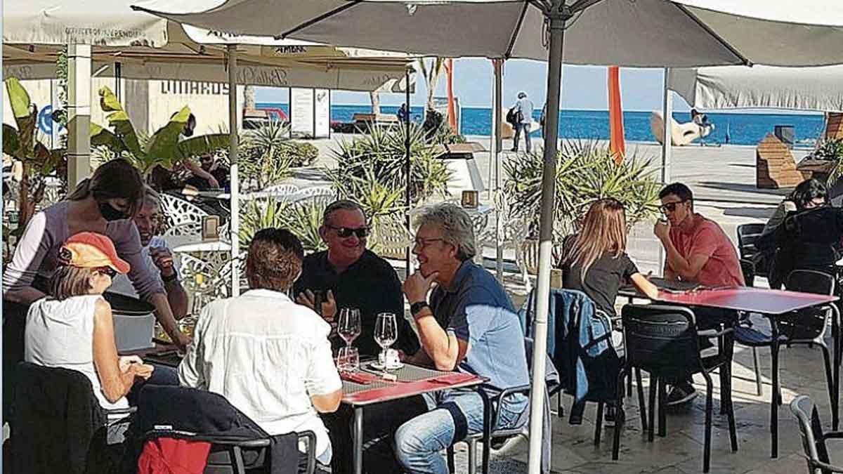 El cierre de bares y restaurantes en Catalunya llena Vinaròs, Peñíscola y Benicarló