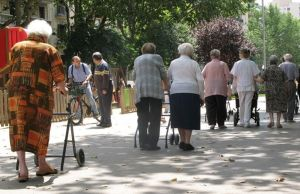 Un grupo de jubilados caminan por el paseo de Sant Joan, en Barcelona.