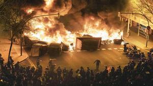 Quema de contenedores en Aragó con Bailen en las protestas por el rapero Pablo Hasél el pasado día 18.