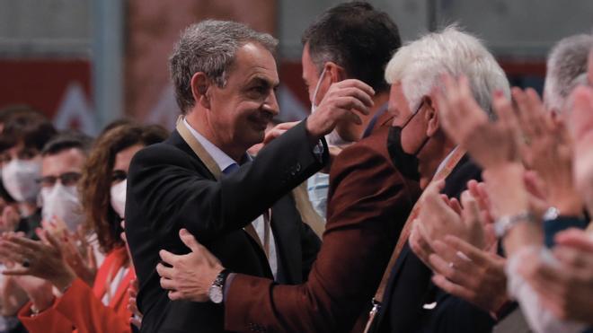 El secretario general del PSOE y jefe del Ejecutivo, abraza primero al expresidente José Luis Rodríguez Zapatero antes de hacerlo con Felipe González, este 16 de octubre de 2021 en la inauguración oficial del 40º Congreso Federal del partido, en la Fira de València. En vídeo, González arropa a Sánchez.