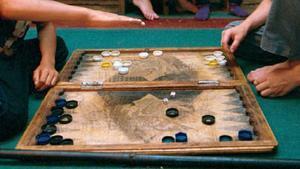 Un tablero de Backgammon, un juego central en la trama de 'Anatomía de un jugador'