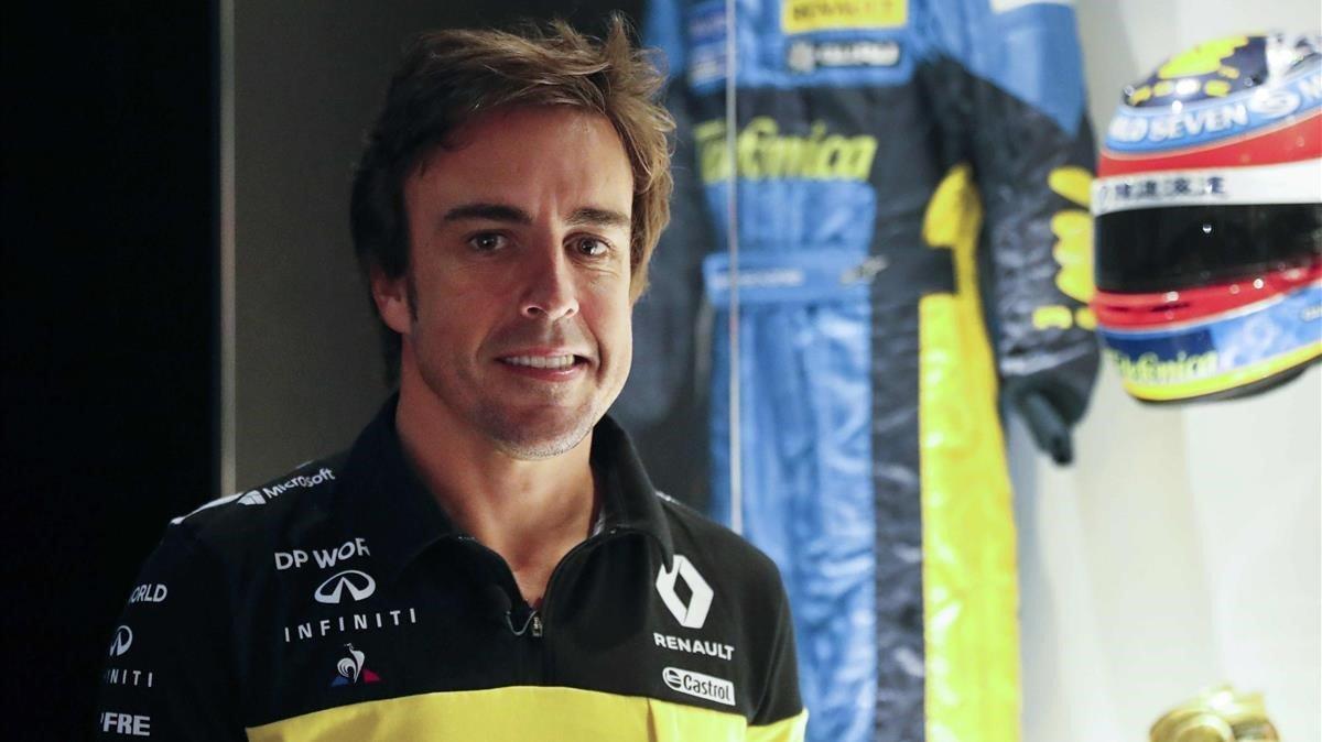 El piloto Fernando Alonso posa este miércoles junto a una de sus antiguas equipaciones en el museo que tiene en el municipio asturiano de Llanera.