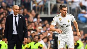 Zidane observa a Bale en un partido del Madrid.