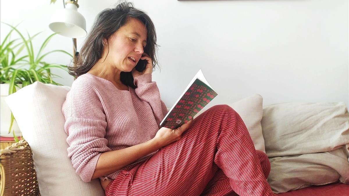 Patricia Buckley, de guardia poética, recita versos telefónicos desde Sitges.